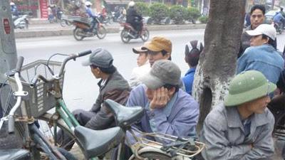 Người lao động tỉnh lẻ ngồi chờ việc.