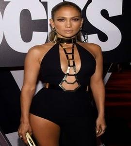 Jennifer Lopez usa vestido arrasador em evento nos Estados Unidos