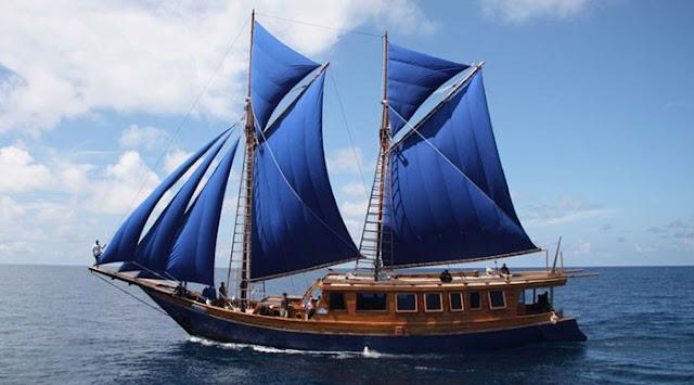 Gambar Kapal Layar Pinisi Berlayar di Laut Biru