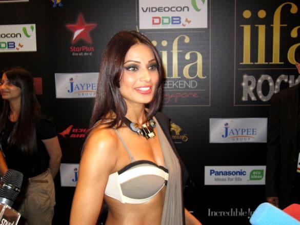 Bipasha Basu Hot in Saree at IIFA 2012