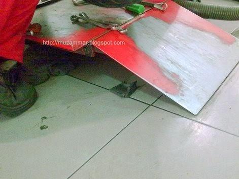 Karet penegang rantai yang ada di swing arm New Yamaha Vixion Lightning sudah terpasang lagi . . . lega rasanya