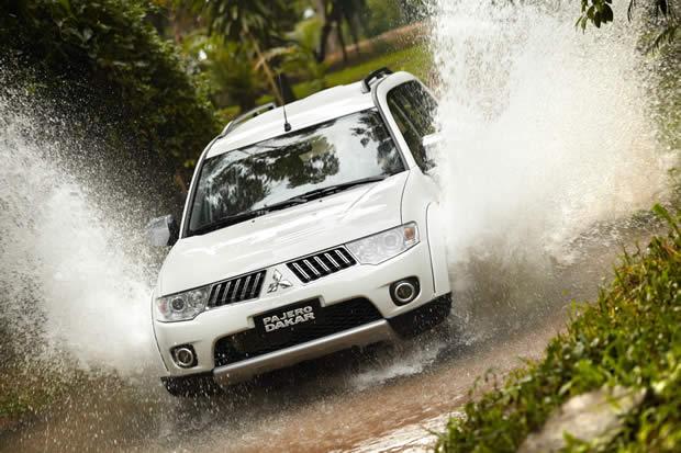 a car Mitsubishi Pajero Dakar 2013