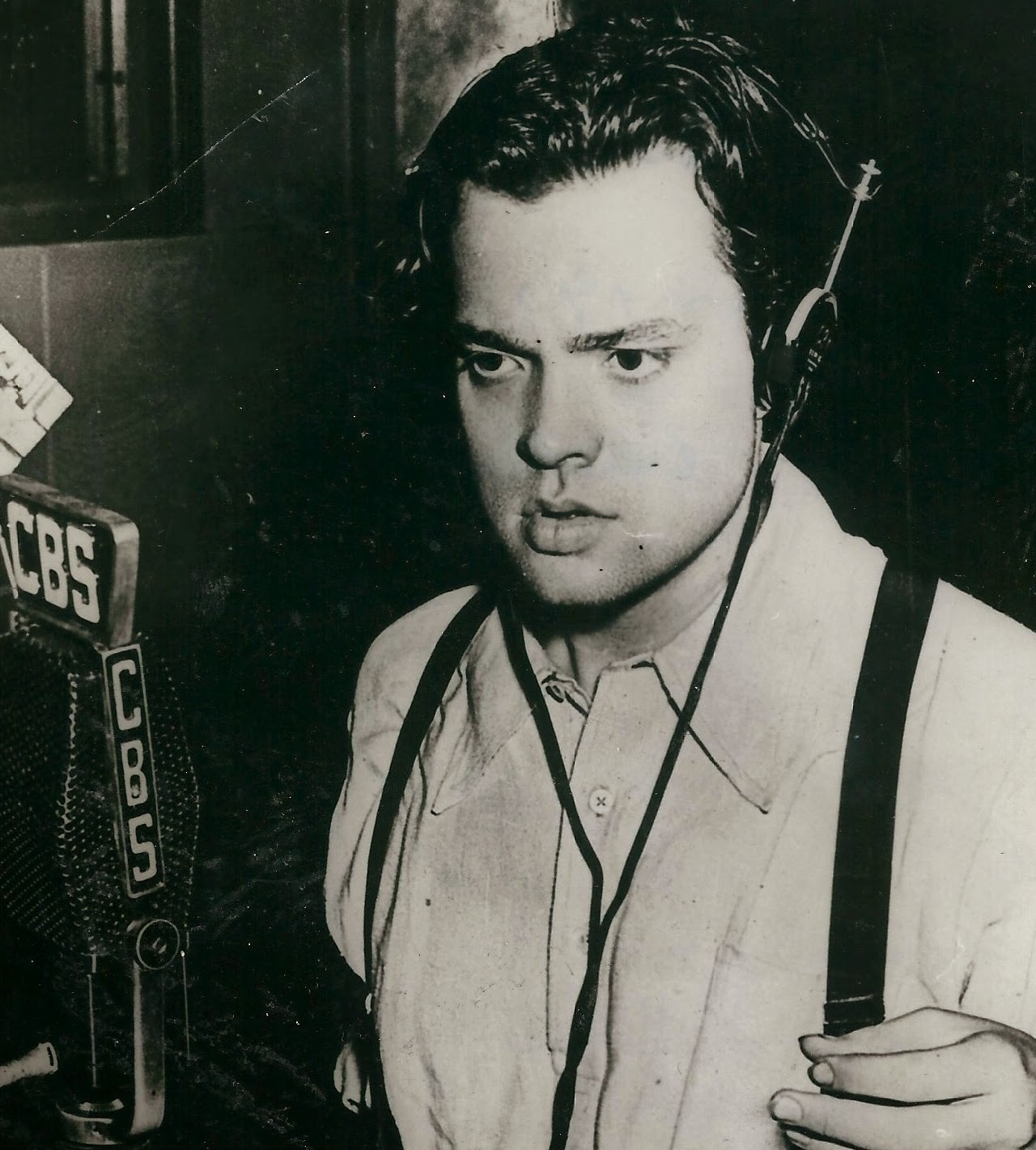 Orson Welles broadcatsing The War of the Worlds border=