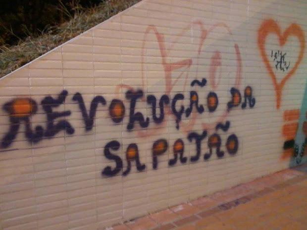 Grafite em passagem subterrânea do Eixão em Brasília