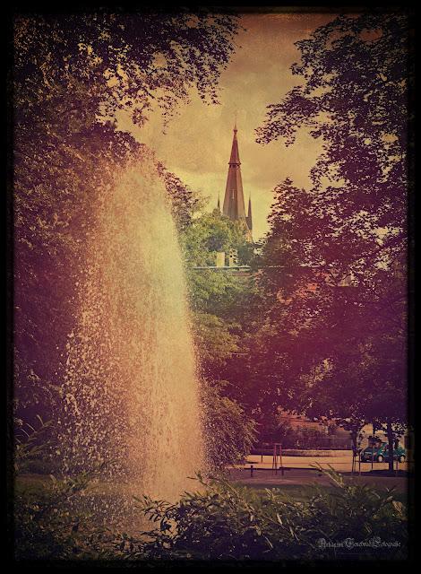 Ein Retro Bild das den Blick vom Kurpark auf die Uff Friedhof Kirche zeigt