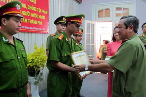 Thiếu tướng Nguyễn Chí Thành - Giám đốc công an TP HCM trao giấy khen cho 11 tập thể vì có thành tích bảo đảm an toàn cho du khách. Ảnh: Tá Lâm.