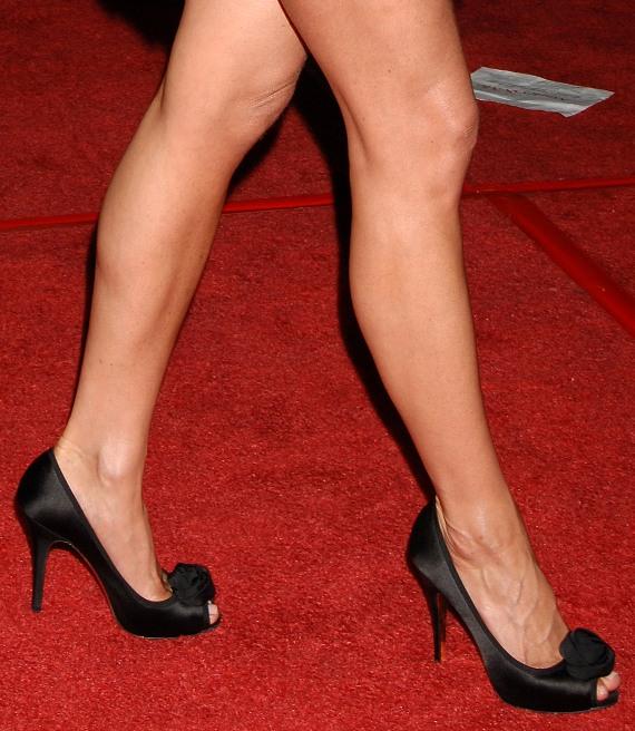Celebritygala jennifer aniston legs and feet chows down on short ribs - Jennifer aniston barefoot ...