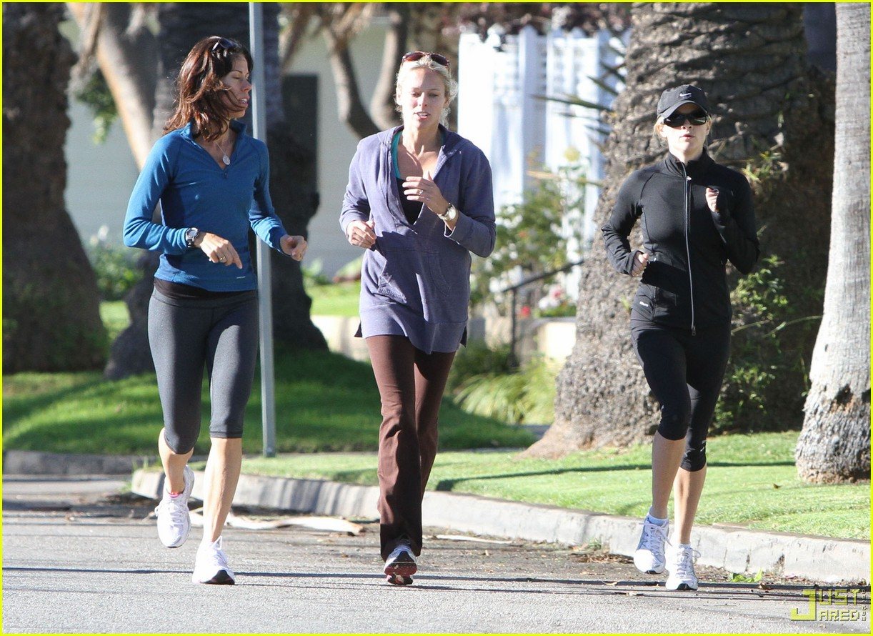 http://4.bp.blogspot.com/-wnZYrOulvmw/TupWXjJBELI/AAAAAAAAAM8/1THPnfgGeI4/s1600/reese-witherspoon-jogging-with-friends-nike-outfit-02.jpg