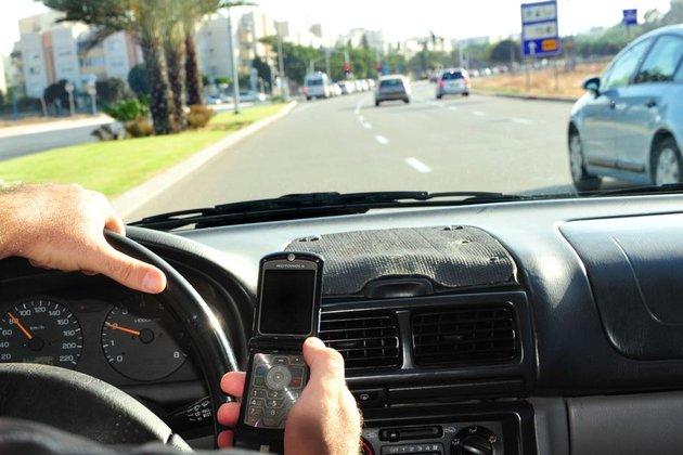 voiture communicante le t l phone au volant chez les pros un r flexe bien ancr selon un sondage. Black Bedroom Furniture Sets. Home Design Ideas