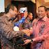 Riza Falepi Terima Penghargaan Bung Hatta Award 2013 di Hari HAM se-Dunia