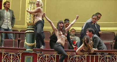 """Activistas desnudas de cintura para arriba, """"aborto es sagrado"""""""