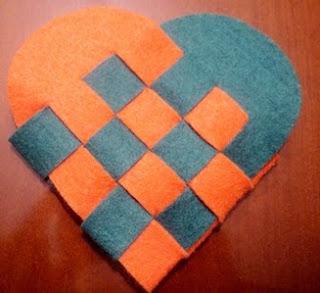 http://www.manualidadeson.com/bolsita-de-regalo-en-forma-de-corazon.html