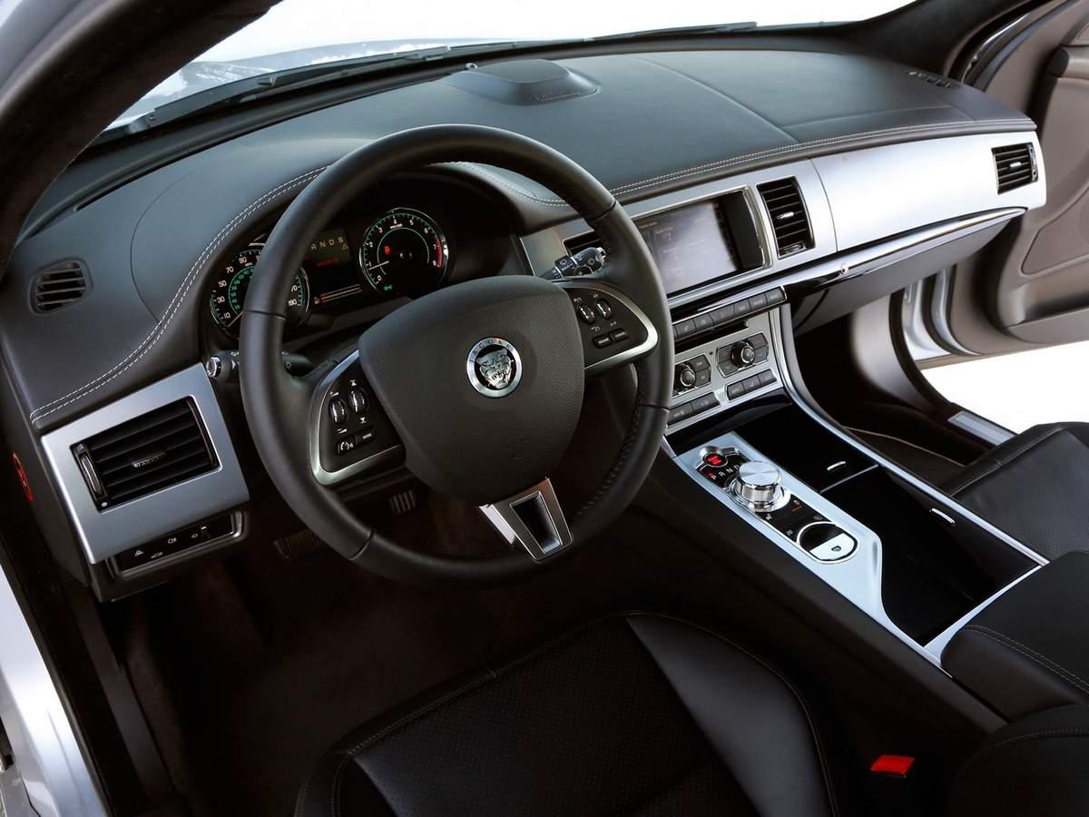 Jaguar XF 2.0 Luxury  - interior