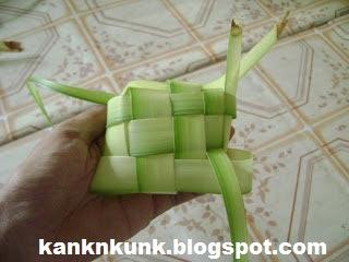 Cara membuat ketupat (sumber : kanknkunk.blogpspot.com)
