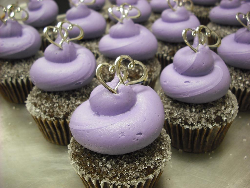 http://4.bp.blogspot.com/-wohKl8IQrJU/Tg3-ZZjK-8I/AAAAAAAAAyY/-GWJZVC-zO4/s1600/Wedding_Cupcakes_Wallpaper__yvt2.jpg