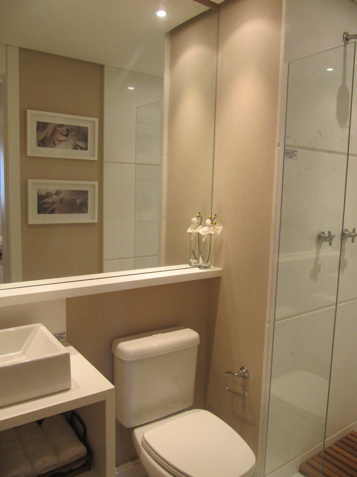 Os banheiros são pequenininhos mas o uso de materiais nobres e  #9D6F2E 1200x1600 Banheiro Bege E Marrom