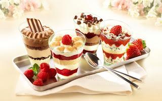 Postre de helados y frutas