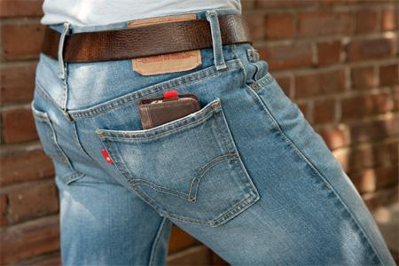 Seperti dompet, tentunya iPhone masih bisa masuk ke kantong Anda.