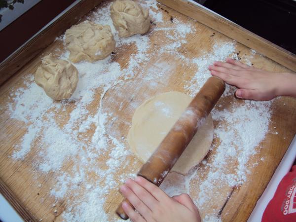 Rogaliki z ciasta drożdżowego nadziewane marmoladą