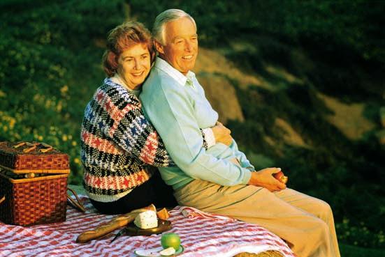 старая пара на пикнике в лесу