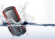 handphone kecebur kecemplung air, tips ponsel tersebur air laut, ponsel kemasukan air, hape tersiram air, hape tangguh anti air, ponsel mati kena air