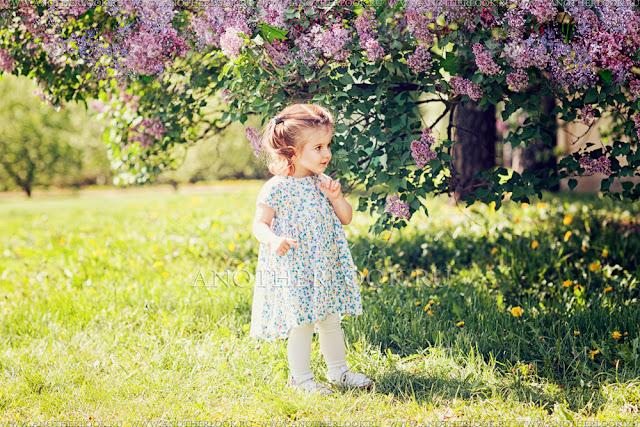 детская фотосессия в цветущем саду
