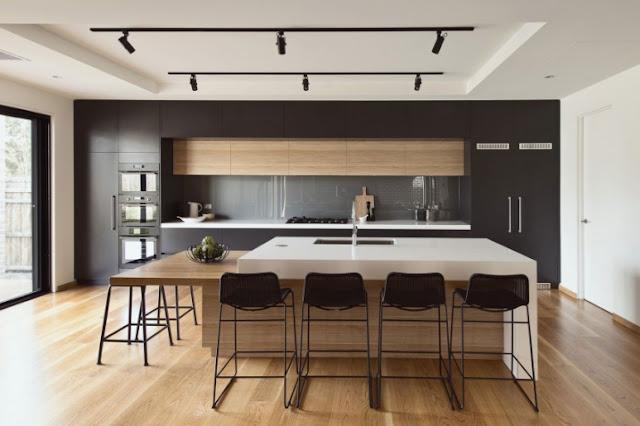 Très belle cuisine aménagée gris mat et bois. Façade sans poignées, cette cuisine dispose d'un grand îlot avec un espace repas pour 6 à 8 personnes.