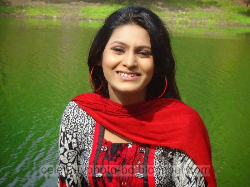 Bangeli+Model+Wahida+Rahi's+Exclusive+PhotoShoot+Collection+at+Dhanmondi+Lake+In+Salowar+2014 2015006