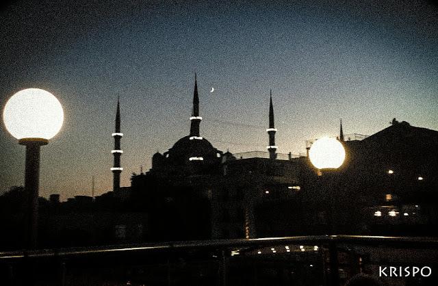 Imagen nocturna de Estambul con mezquita y luna