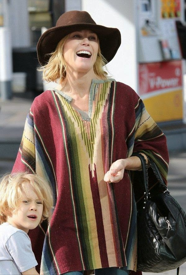 Right or wrong! Julie Bowen would never diasappointed us when it come to her style.  The actress dressed warmly in a grey shirt and jeans, but satisfying to the fashion animo by adding her style with a brown cowboy hat and a sweet poncho.  Hmm m m m. . . . . .We love it and the 44-year-old totally clashes into the point of Mexican culture with that combination during a shopping spree with son at the Farmers Market in Los Angeles, USA on Saturday, December 6, 214.