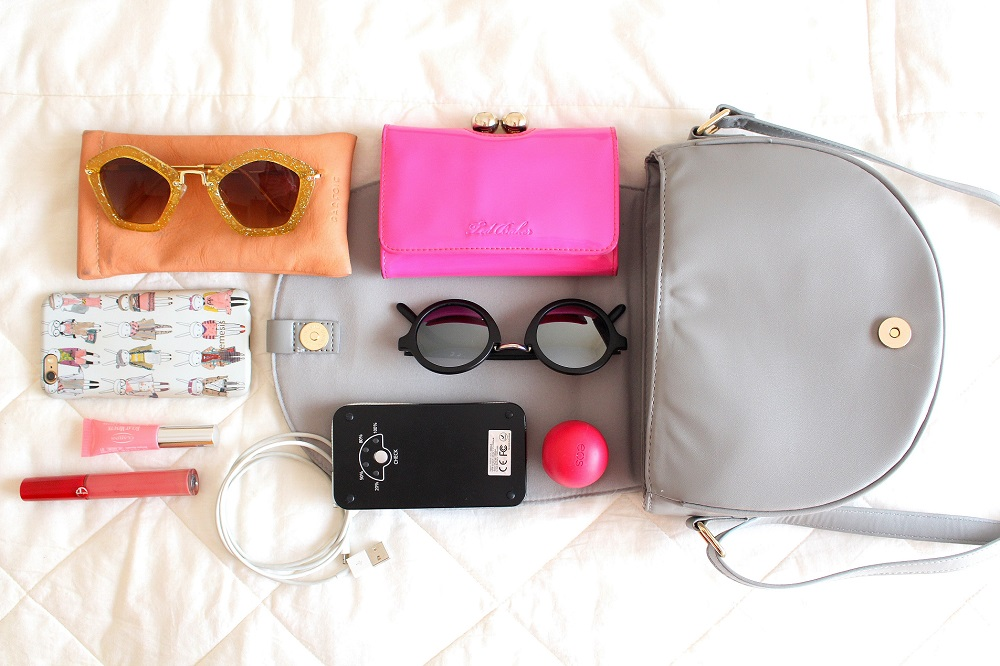 peexo fashion blogger what's in my bag featuring iconemesis and sunglasses and eos balm and lipgloss