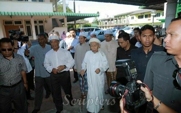 Muhyiddin Yassin Melawat Tok Guru Nik Aziz Di Pulau Melaka