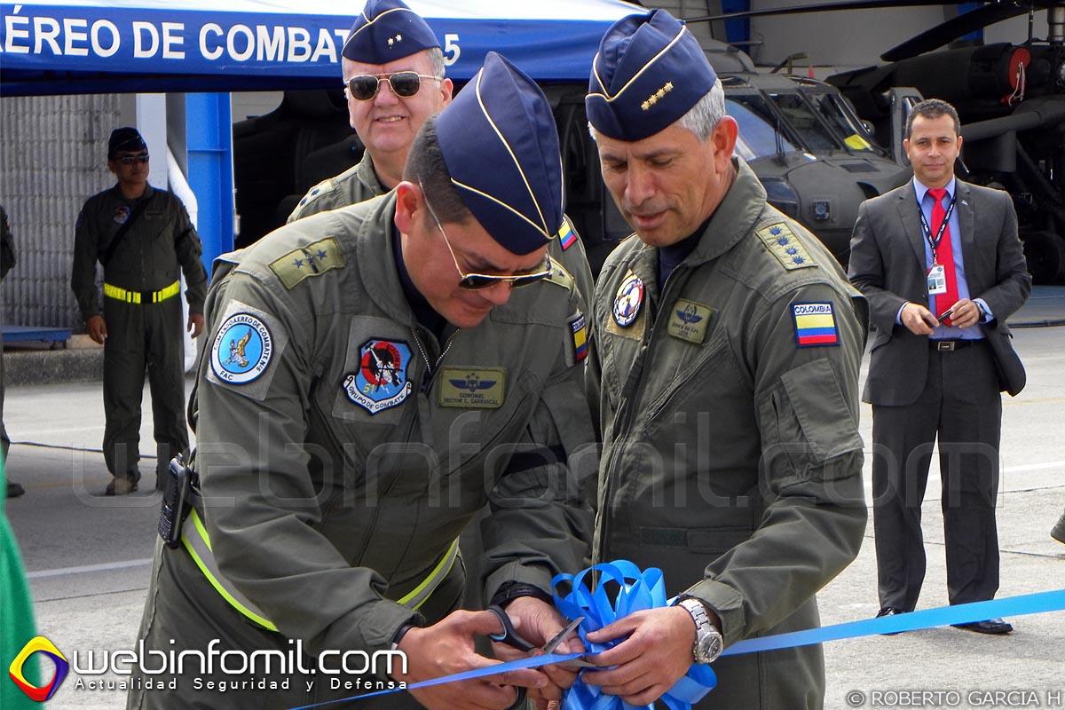 El General del Aire Guillermo León León, Comandante de la Fuerza Aérea Colombiana  y el Coronel Héctor Carrascal, comandante del CACOM 5, cortan la cinta que simboliza la entrega formal del helicóptero modernizado.