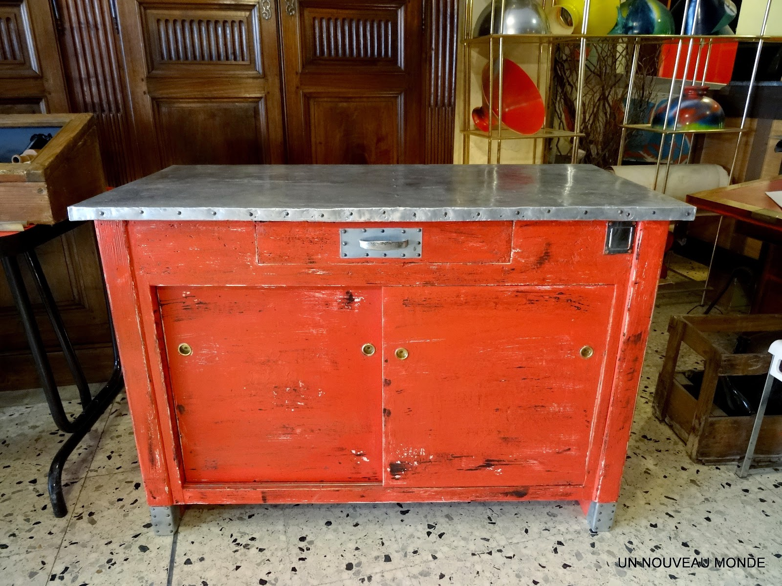 Brocante d coration un nouveau monde meuble de m tier for Meuble antique a donner