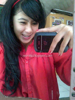 Foto Indri Barbie Selfie dengan Blackberry