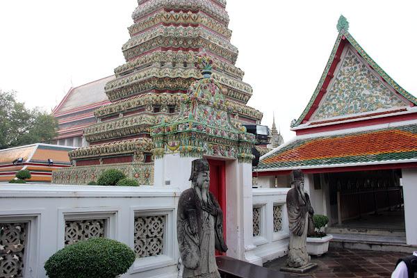 Estatuas gigantes en Wat Pho el Buda reclinado de Bangkok