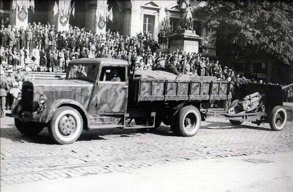 Une pièce de Résistance? St-Etienne 1944 1944+D%C3%A9fil%C3%A9+CAMION+avec+CANON+,+certainement+SAINT+ETIENNE