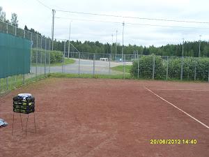 Tennisvalmennusta yhteisen sopimuksen mukaan eri puolille Suomea - Kuva Virtain tenniskentästä