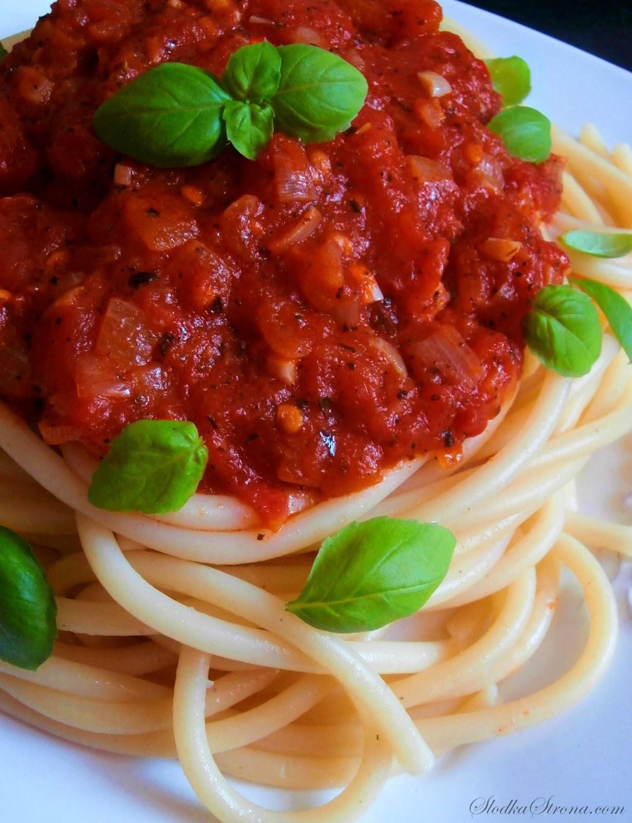 Makaron z Sosem Pomidorowym - Przepis - Słodka Strona, Makaron z Sosem Pomidorowym to jedno z najprostszych i najszybszych dań jakie możemy przygotować w naszych domach. Potrawa ta, mimo swej prostoty jest bardzo smaczna i na pewno jest świetnym pomysłem na błyskawiczny, codzienny obiad.  makaron z sosem pomidorowym, makaron z sosem pomidorowym przepis, makaron z pomidorami, spaghetti z sosem pomidorowym, spaghetti z pomidorami, spaghetti z sosem, sos do spaghetti, sos pomidorowy do spaghetti, sos pomidorowy do makaronu, sos pomidorowy do makaronu przepis, sos do spaghetti przepis