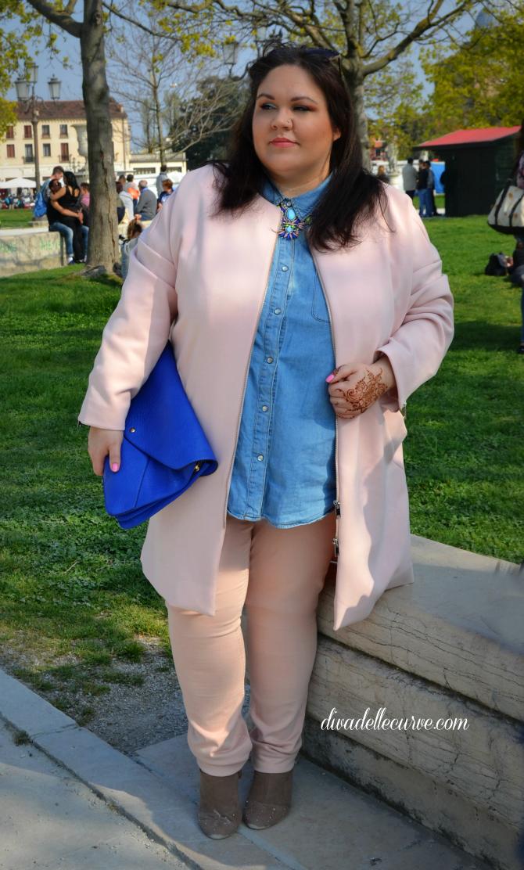 outfit plus size con spolverino e skinny cipria