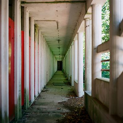 Pasillo puertas rojas vestuarios, Water Park