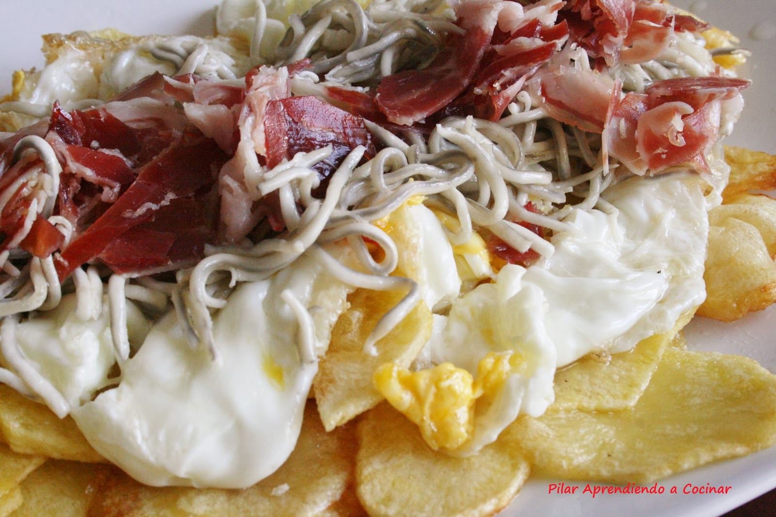Aprendiendo a cocinar huevos rotos con jamon iberico y - Platos con jamon iberico ...
