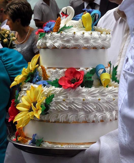 Коровай як торт на українському весіллі