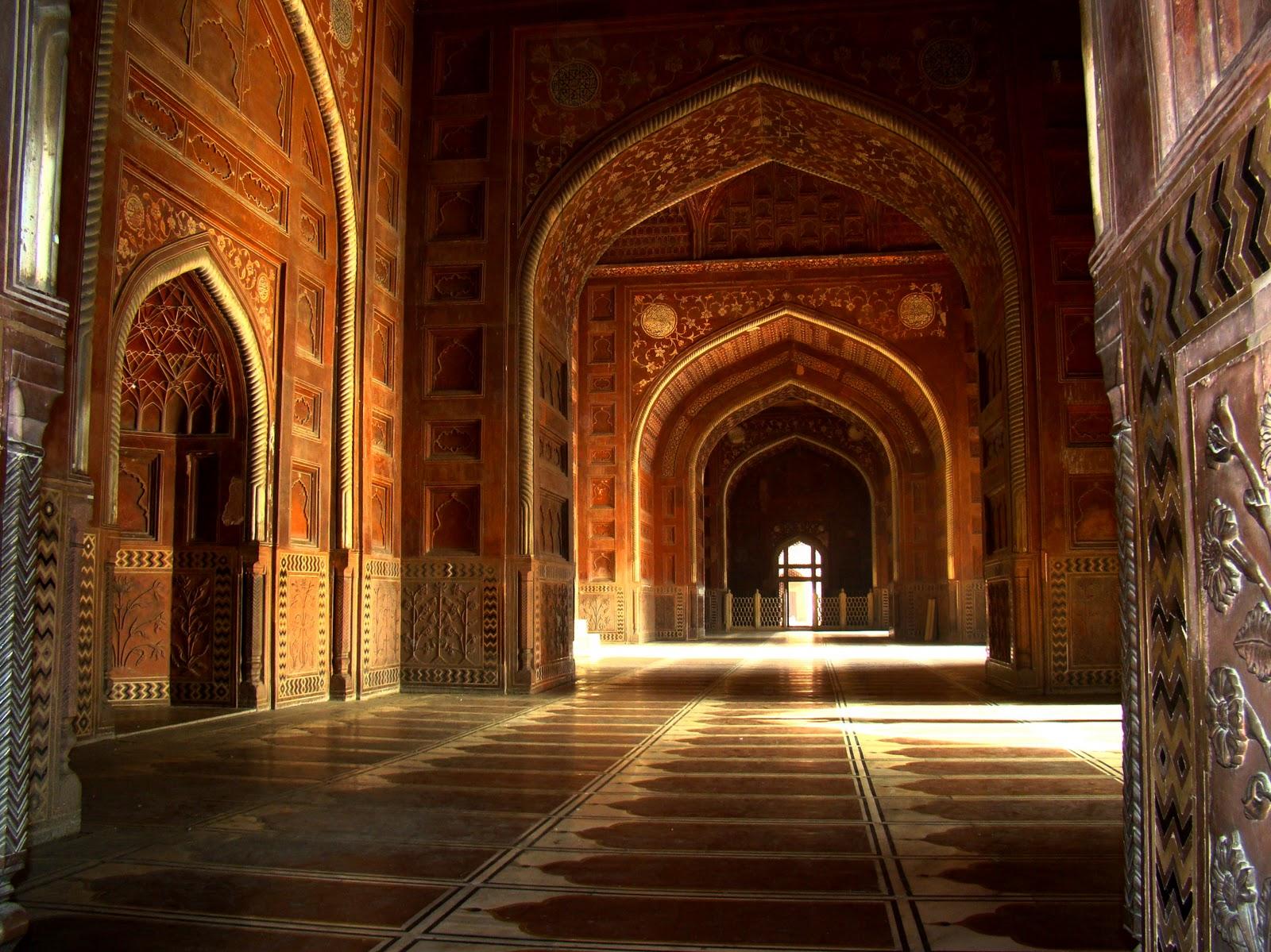 Interior Masjid Taj Mahal, bentuk seperti sajadah di lantai masjid itu