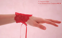 manchettes de dentelle de calais rouge pour accessoiriser de la lingerie coquine rouge sexy et glamour. Idéal pour les femme sexy, libérées, coquine et tendance. Créations unique fait main sur mesure