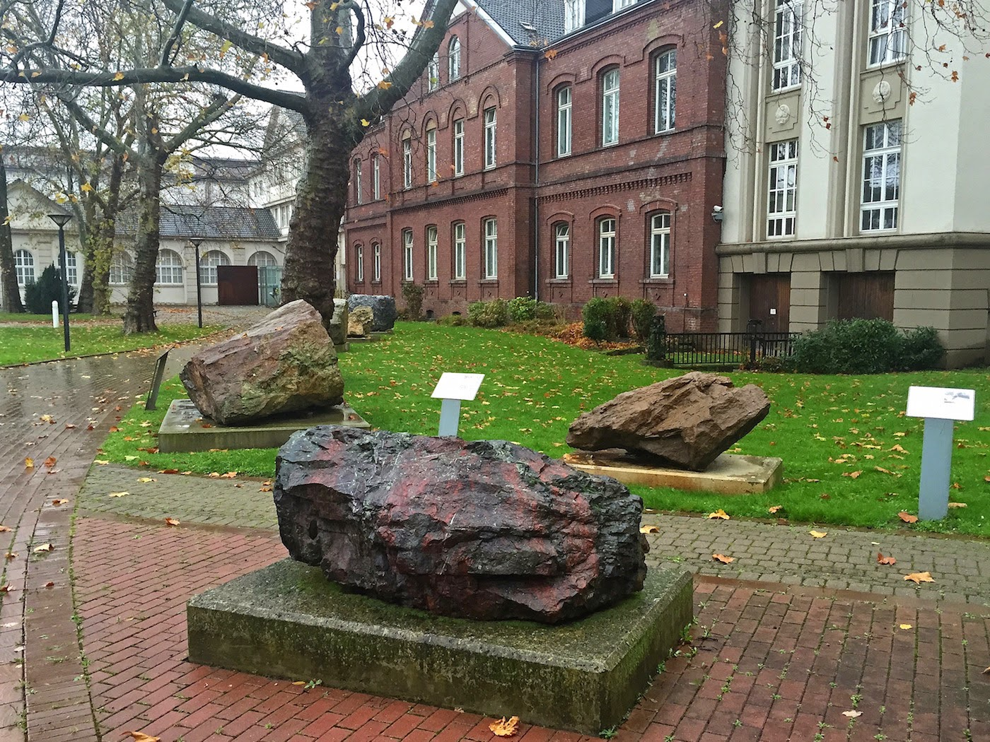 Lehrpfad im Park vor dem Museum Hoesch