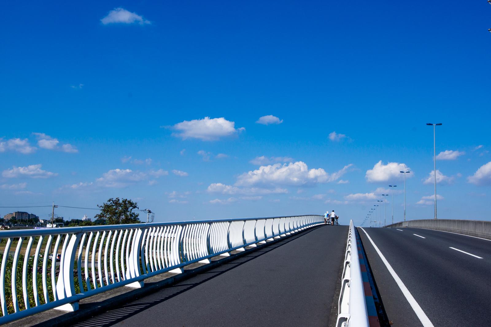道路橋と青空の写真