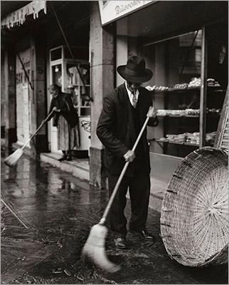 https://img.washingtonpost.com/wp-apps/imrs.php?src=https://img.washingtonpost.com/news/in-sight/wp-content/uploads/sites/35/2015/11/Despue%CC%81s-de-la-lluvia-1955-Ciudad-de-Me%CC%81xico.-_-After-the-Rain-1955-Mexico-City..jpg&w=1484
