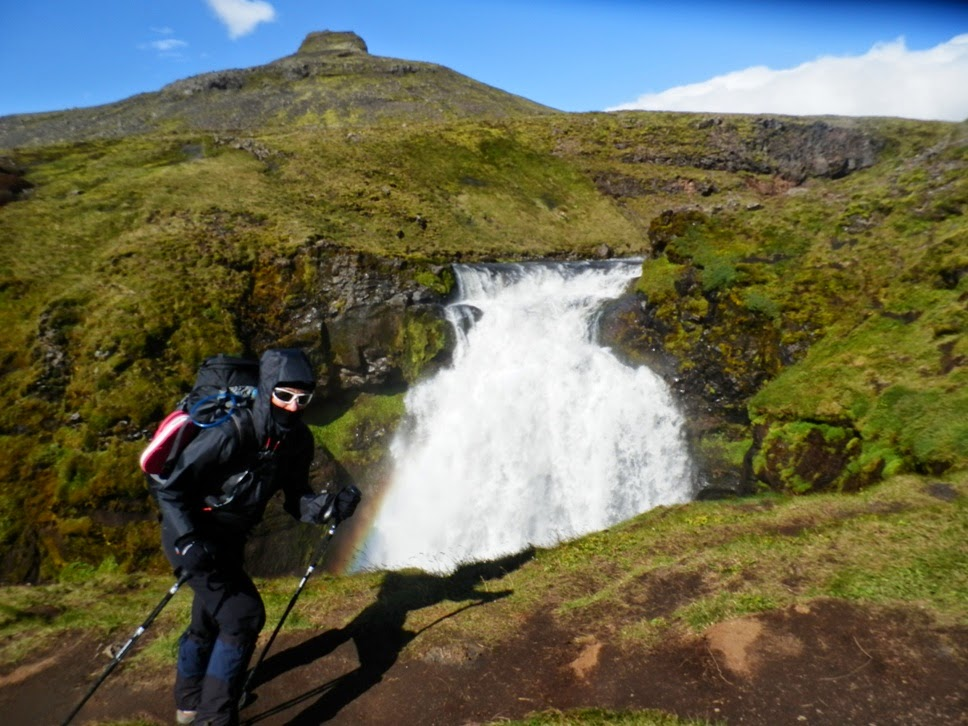 Inma-frente-a-una-cascada-resistiendo-fuertes-vientos-en-Islandia