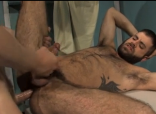 Barbudão passivo agasalha a tora do loiro tesudo